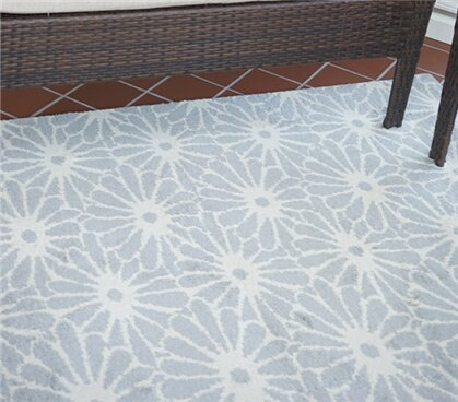 Severt Daisy Silver/Ivory Area Rug by Harriet Bee