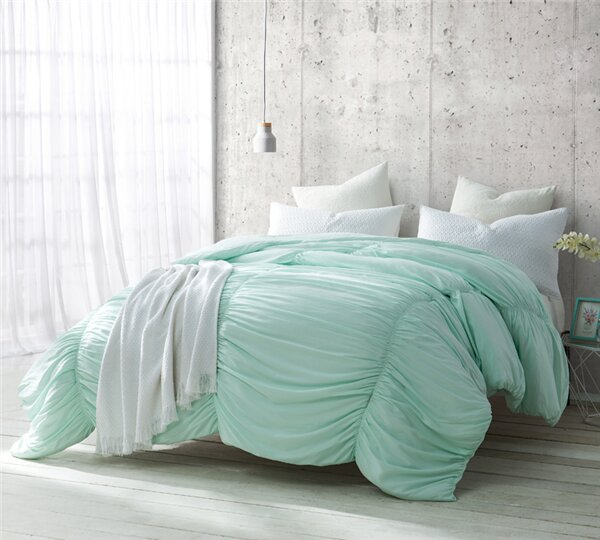 Annsville Waves Handcrafted Comforter by Harriet Bee