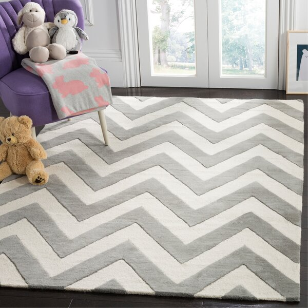 Claro Basic Chevr Hand-Tufted Gray/Ivory Area Rug by Harriet Bee