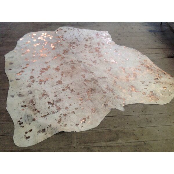 Ariyah Hand-Woven Cowhide Metallic Gold/Ivory Area Rug by Everly Quinn